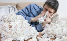Śmieszny chory mężczyzna który grypę lub zimno dmucha jego nos Zdjęcie Royalty Free