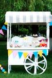 Śmieszny cukierki tramwaj w pogodnym ogródzie fotografia royalty free