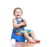 Śmieszny dziecka obsiadanie na sala garnku z pda Obrazy Royalty Free