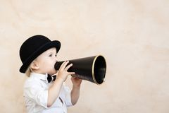 ?mieszny dziecko bawi? si? z czarnym retro megafonem zdjęcia royalty free