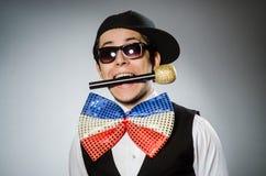 Śmieszny mężczyzna z mic w karaoke pojęciu Zdjęcie Royalty Free