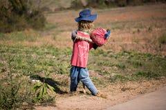 Śmieszny strach na wróble w polu Zdjęcie Royalty Free