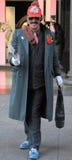Śmieszny uliczny artysta w absurdalnym kostiumu Fotografia Stock