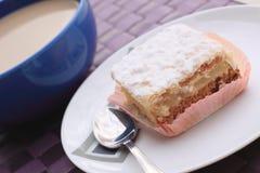 Śmietankowy ciasto i milkcoffee Fotografia Stock