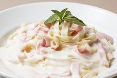 ?mietankowy Fettuccine Makaron z baleronem i parmesan zdjęcie royalty free