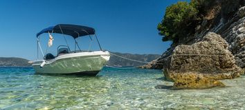 Mietboot koppelte, Agia Effimia Kefalonia Griechenland an stockbild