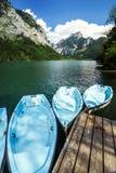 Mietboote auf dem Gebirgssee Stockfotos