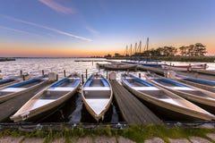 Mietboote in einem Jachthafen bei Sonnenaufgang lizenzfreie stockbilder