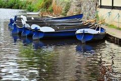 Mieteboote auf Flussoberfläche mit Reflexionen Lizenzfreie Stockfotos
