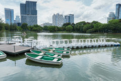 Mieten des Bootes für das Rudern im Park, Bangkok Thailand lizenzfreie stockbilder