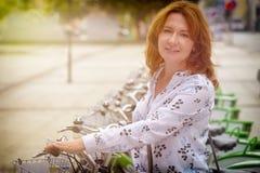 Mieten des Fahrrades vom städtischen Fahrrad, das Station teilt Stockfotografie