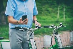 Mieten des Fahrrades vom städtischen Fahrrad, das Station teilt stockfoto