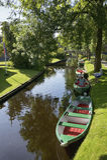 Mieten Sie ein Boot in Giethoorn lizenzfreies stockfoto