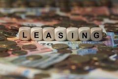 Mieten - Würfel mit Buchstaben, Geldsektorausdrücke - unterzeichnen Sie mit hölzernen Würfeln stockfoto