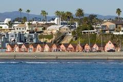 Miethäuschen entlang dem Strand Stockbilder
