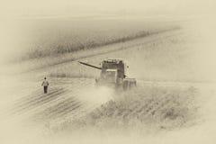 Mietitrebbiatrice che funziona in The Field Fotografia Stock Libera da Diritti