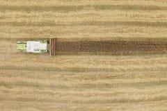 Mietitrebbiatura un campo di grano di caduta Fotografie Stock Libere da Diritti