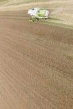 Mietitrebbiatura un campo di grano di caduta Immagini Stock