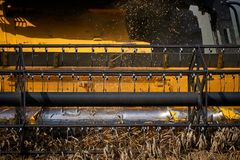 Mietitrice che lavora al giacimento di grano Immagini Stock Libere da Diritti