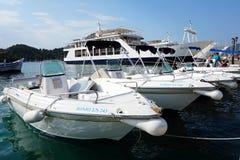 Mietsport-Boote festgemacht bei Nidri, griechische Insel Lefkas, Griechenland lizenzfreie stockbilder