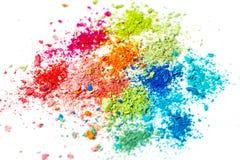 Miettes de craie multicolore sur un fond blanc Joie, carnaval Un jeu pour des enfants Art image stock