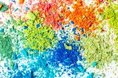 Miettes de craie multicolore sur un fond blanc Joie, carnaval Panorama Un jeu pour des enfants Art photo libre de droits