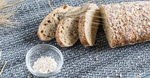 Miettes de pain croustillantes faites maison avec des épis de maïs photographie stock libre de droits