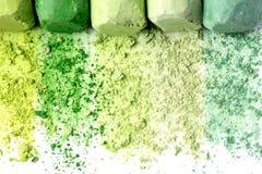 Miettes et gros morceaux de craie multicolore, pastels sur le livre blanc pour l'aquarelle Cramoisi jaune, vert, gris, vert clair photo libre de droits