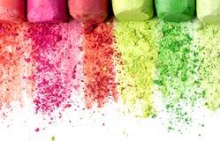 Miettes et gros morceaux de craie multicolore, pastels sur le livre blanc pour l'aquarelle Crimso jaune, rose, rouge, vert, gris, photo libre de droits