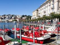 Miettretboote auf dem Seeufer Stockfotografie