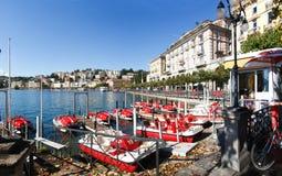 Miettretboote auf dem Seeufer Stockbild