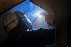 MIG焊工使用火炬 免版税库存照片