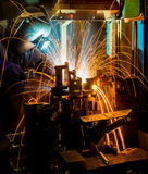 MIG焊工做火花的用途火炬 免版税库存照片