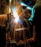 MIG焊工做火花的用途火炬 库存照片