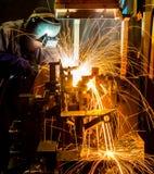 MIG焊工做火花的用途火炬 免版税图库摄影