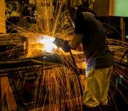 MIG焊工做火花的用途火炬 免版税库存图片