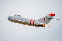 Mig-17 αεριωθούμενο αεροπλάνο που πετά μακριά Στοκ Εικόνες