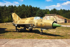 Mig 17,在一个老机场的一老俄国airplaine 免版税库存图片