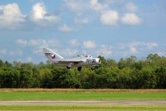 Mig-15 UTI в низком полете Стоковая Фотография