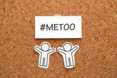 Mig för hashtagord på en vitbok och ett folk på anslagstavla Mig hashtag för för social rörelse mot sexuellt övergrepp och hara Fotografering för Bildbyråer
