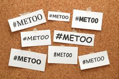 Mig för hashtagord på vitböcker på anslagstavla Mig hashtag för för social rörelse mot sexuellt övergrepp och mobbning Arkivfoton