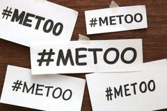 Mig för hashtagord på vitböcker på trä Mig hashtag för för social rörelse mot sexuellt övergrepp och mobbning Arkivbilder