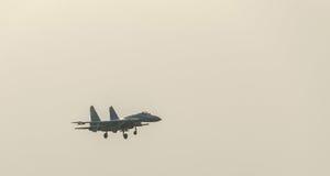 Mig 21 lansjera pilotowy szkolenie nad miasta niebem bukareszt Romania Zdjęcia Stock