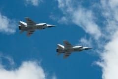 MiG-31 lata w niebie obrazy stock