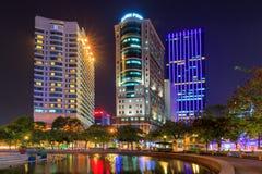 Mig linhfyrkant och byggnader omkring på natten i Ho Chi Minh City Royaltyfri Foto