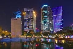 Mig linhfyrkant och byggnader omkring på natten i Ho Chi Minh City Arkivfoto