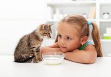 Mig och min katt - liten flicka och henne kattunge Royaltyfri Foto
