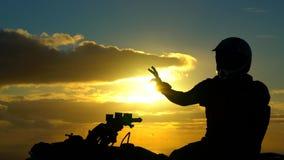 Mig på ATV med solnedgången bakom arkivfilmer
