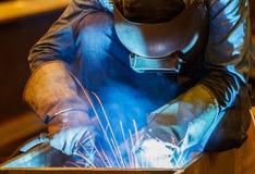 Mig-Schweißer in einer Fabrik Lizenzfreie Stockfotos