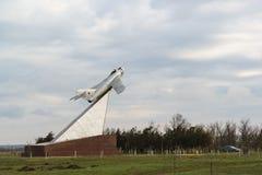 MiG-17 som är etablerad i heder av soldater, piloter, medlemmar av befrielsen av den Taman halvön i striderna mot nazisten Royaltyfri Bild
